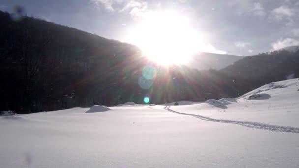 slunce a sníh v zimě hory, chladné zimy a slunečný den, zasněžené zemi, ledovec horské krajiny, sluncem ozářené cestě ve sněhu