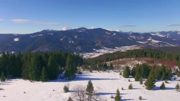 Letecký pohled na zimních hor, zimní krajina, letecký pohled na sněhu, které hory, zimní pohled na hory na slunečný den, letecký pohled na zimních Karpat