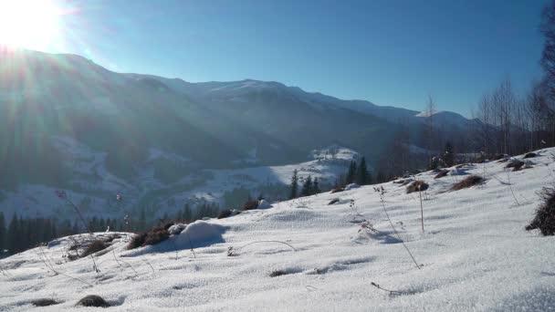 Sonne und Schnee im Winterberge, kalten Wintern und sonnigen Tag bedeckt Schnee, Erde, Berg Gletscherlandschaft, sonnendurchfluteten Pfad im Schnee
