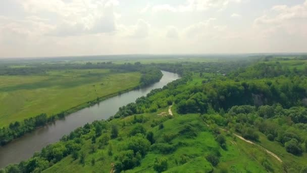 Antenna tájkép folyó erdő és mező között, táj, a folyó, erdő, felhők, kék ég, a folyó és a zöld mezők felett repülő, légi vidéki táj, repülés alatt a vidéki táj buja zöld lomb, mezőgazdasági föld, házak