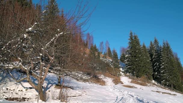 An den Hängen des Gebirges Winter Wanderweg in den Winterbergen, Winterlandschaft, Fußspuren im Schnee