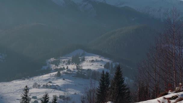 Vesnice v horách v zimě, zasněženou vesnici v horách