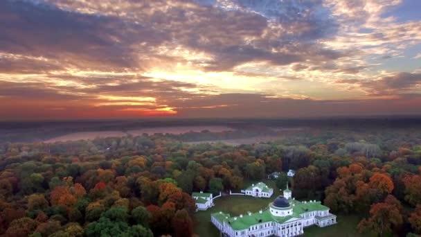 Luftaufnahme von Herrenhaus am Seeufer im Herbst, Herrenhaus im Herbst Wald am See
