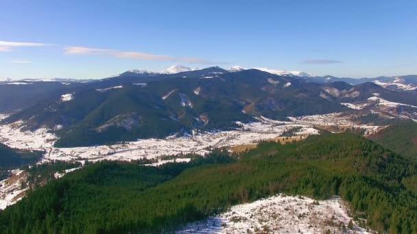 Luftaufnahme der Winterberge, Winterlandschaft, Luftbild des Schnees bedeckt Berge, Winter-Blick auf die Berge am sonnigen Tag, Luftaufnahme Winter Karpaten
