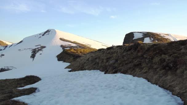 zasněžené vrcholky hor při západu slunce, vrcholy hor osvětlené zapadajícím sluncem, západem slunce zimních Karpat, na svazích zimních hor, zimní krajina