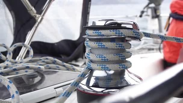 pracovat s navijákem jachty, lano na jachtě, lano a naviják na jachtě, kroucené lano na jachtě, lanové lano na plachetnici