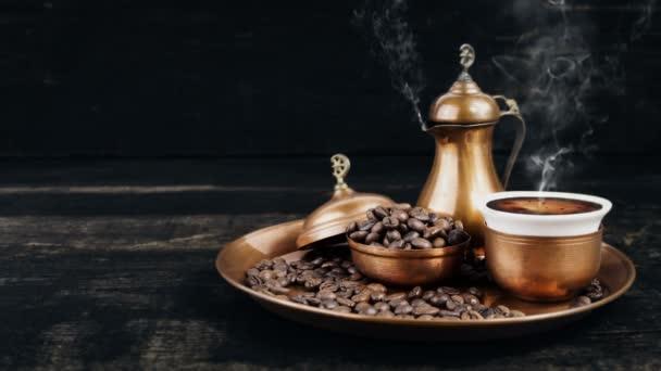 Turecká káva kouření horké v ročníku tradiční měděné hrnce a pohár s kávová zrna na servírovací podnos dřevěný pozadí