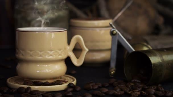 Kávé kupa dohányzás Hot kávébab és Grinder a Vintage rusztikus háttér