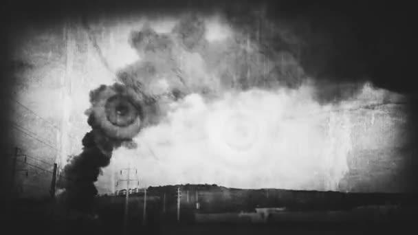 Šťastný Halloween. Zlá lidská lebka a tmavý kouř z hořící budovy stoupající k obloze. Kamera koktejl a starý, retro film vzhled