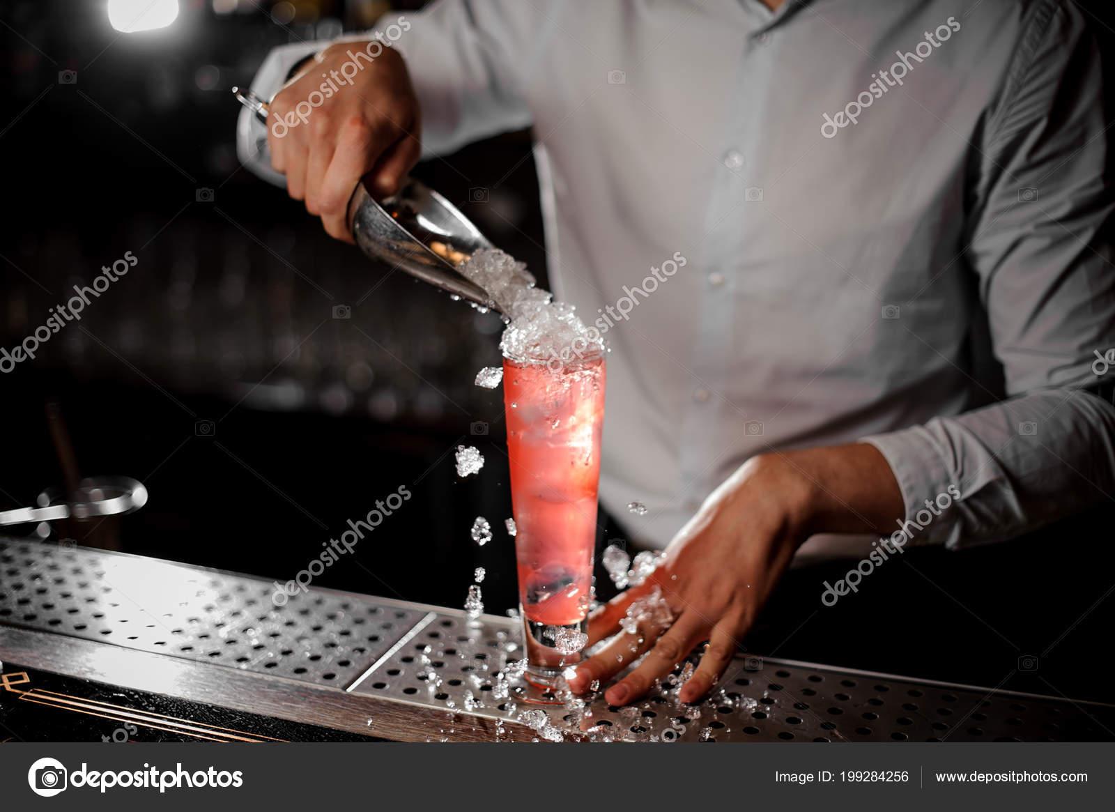 Barkeeper Weißen Hemd Hinzufügen Zerkleinert Eis Zum Cocktail Der