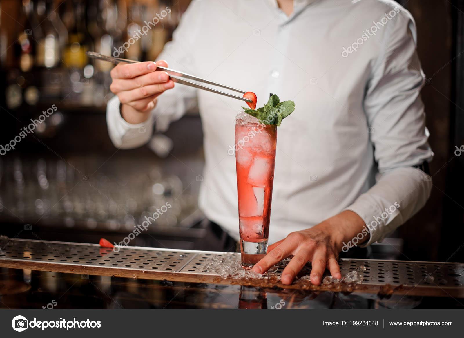 Professionelle Barkeeper Hinzufügen Die Erdbeere Einem Köstlichen