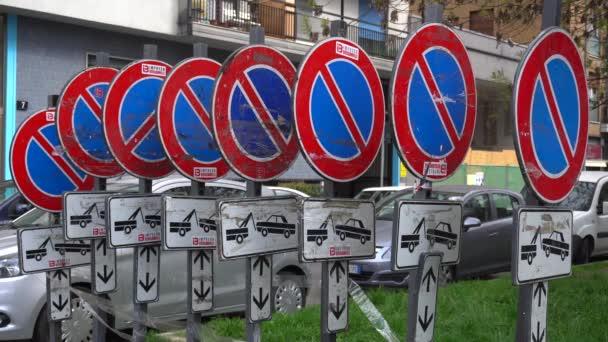 Europa, Italien, Mailand - März 2020: eine Vielzahl von Verkehrsschildern, die das Parken und Entfernen von Autos verbieten