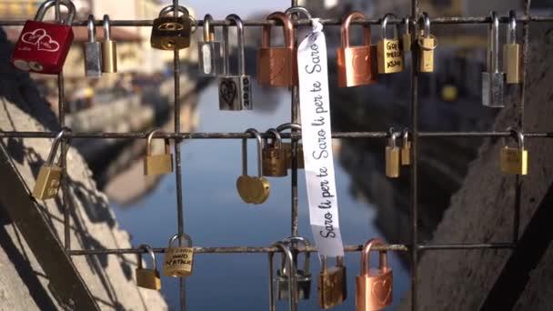 Zamykatelná skříňka na mostě Navigli v Miláně