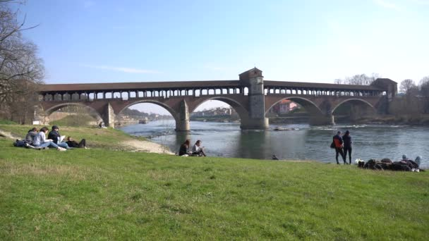 Pohled na most přes řeku, Itálie.