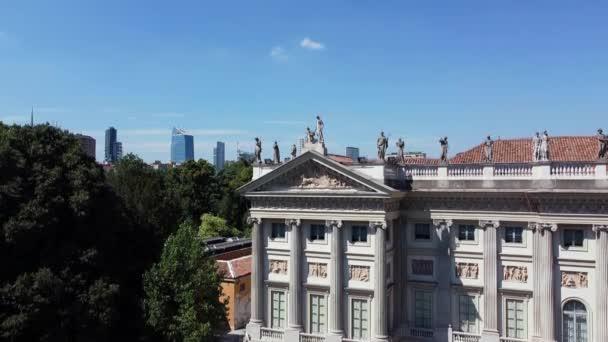 Europa Italien, Mailand - Galleria d Arte Moderna Drohne Luftaufnahme in Giardini Di Villa Reale Comunale. Fluss und grüner Rasen davor. Blauer Himmel am Sommertag nach Covid19 Coronavirus Lockdown