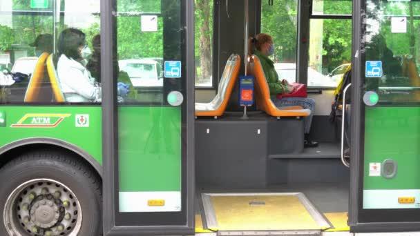 EURÓPA, OLASZORSZÁG, MILAN 2020. április - 2. fázis covid-19 Coronavirus - új szabályok közlekedési eszközök, villamos, busz, metró - maradj itt tábla és 1 méter távolság utasok maszk