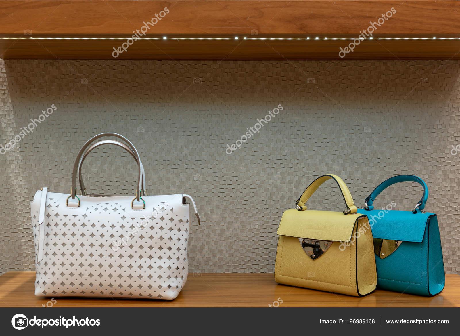 06972c75077f7 Modne Damskie Torebki Sklepie Torebka Prezentacja Sklepu Luxury– obraz  stockowy