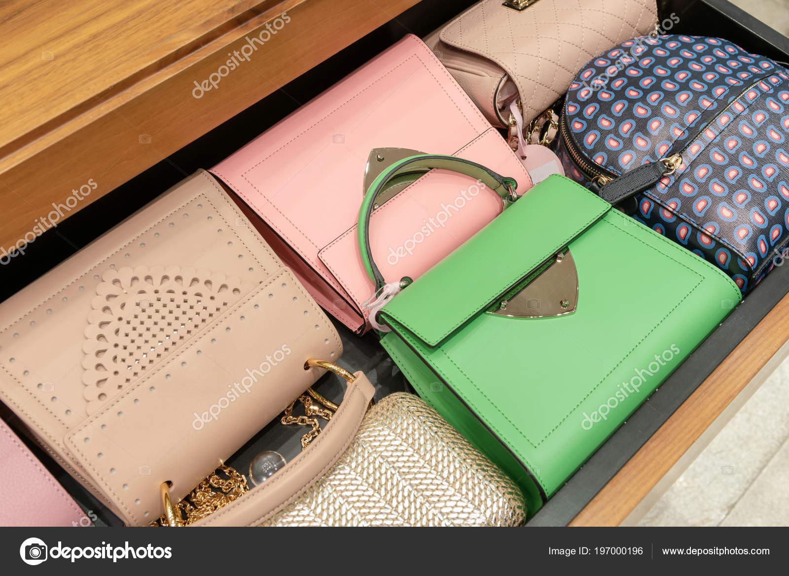 555bdefa5b Μοντέρνες γυναικείες τσάντες στο κατάστημα. Γυναίκα τσάντα σε μια βιτρίνα  ενός καταστήματος πολυτελείας — Εικόνα από ...