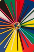 Různé barevné tužky na vícebarevném povrchu
