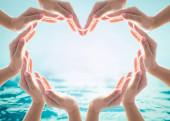 Šetření vody a světový den vody pro csr kampaň koncept s kolaborativní ruce v milostném tvaru srdce