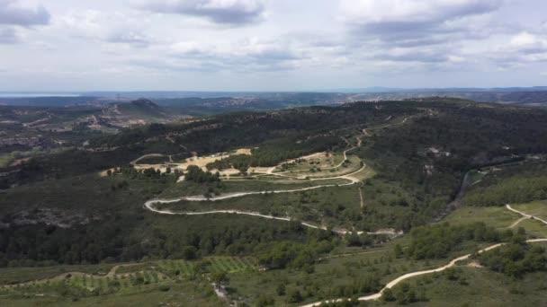 Letecký bezpilotní pohled na motokrosové pole v jižní Francii krásné krajiny