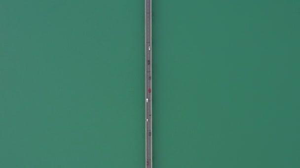 Opravit vertikální letecké záběry nad výhledem na jezero silnice s auty křižujícími Francii