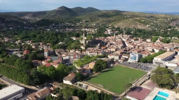 Saint Ambroix velký letecký pohled létání vedle staré památky, fotbalový stadion hory v pozadí Francie