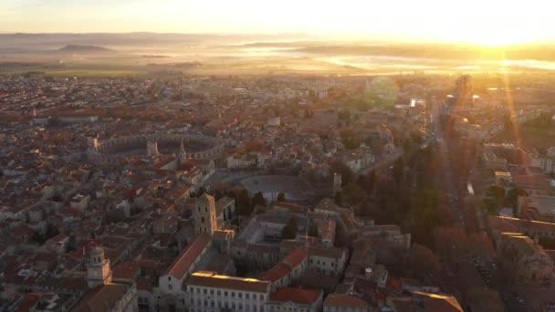 Vzdušný východ slunce nad Arlesem, jižní francouzské město, románské budovy