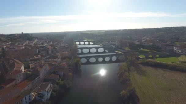 Sluneční odraz nad řekou Orb s mosty v Beziersu ve Francii, letecký pohled