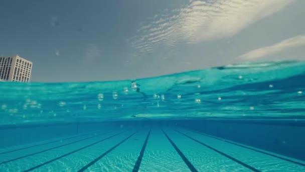 Dvě ženy potápějící se v bazénu zpomalené bubliny a čistá voda
