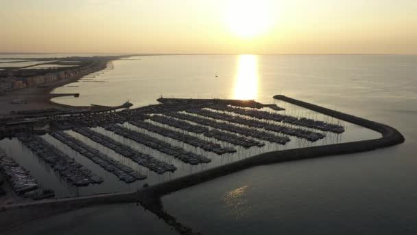 Východ slunce nad přístavem Palavas les Flots volný čas mořská jachta Francie Středozemní moře zlatá hodina
