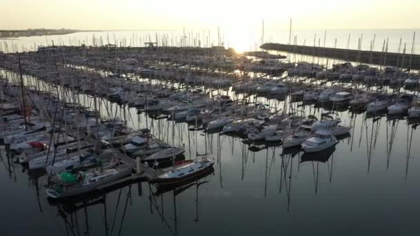 Východ slunce nad čluny v přístavu Palavas les Flots Francie skleněná voda kotvící plavidla