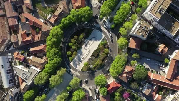 Kruhový pohyb vertikální letecký pohled na kruhový objezd se stromy v Nimes Francie slunečný den