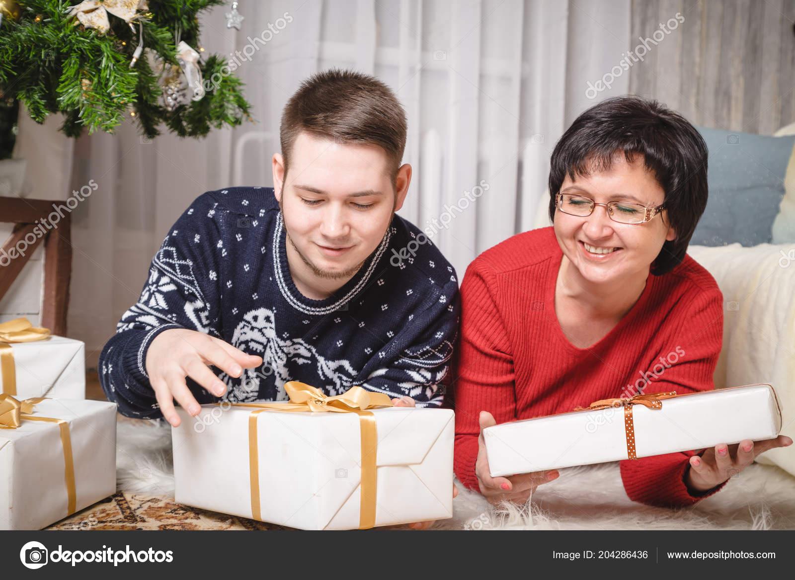 Moeder zoon van volwassenen kamer ingericht voor kerstmis