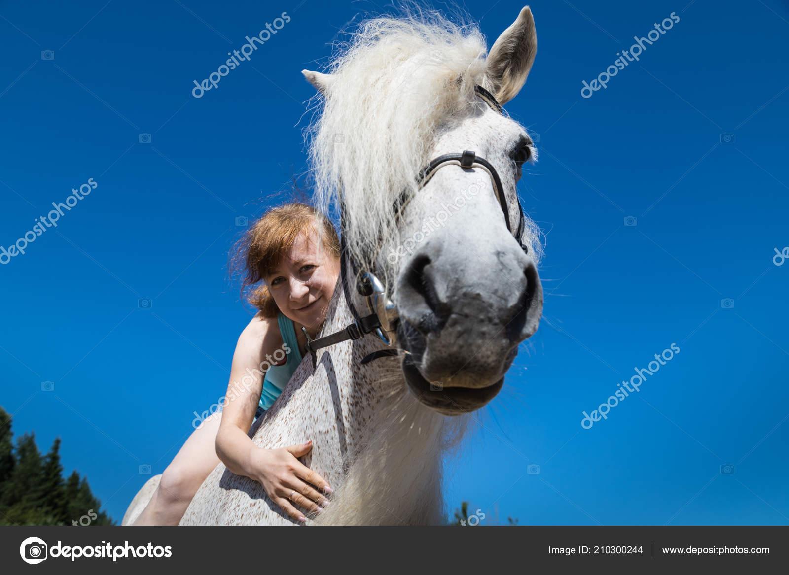 νεαρό άλογο κορίτσικώλο τρώει μαύρο λεσβία