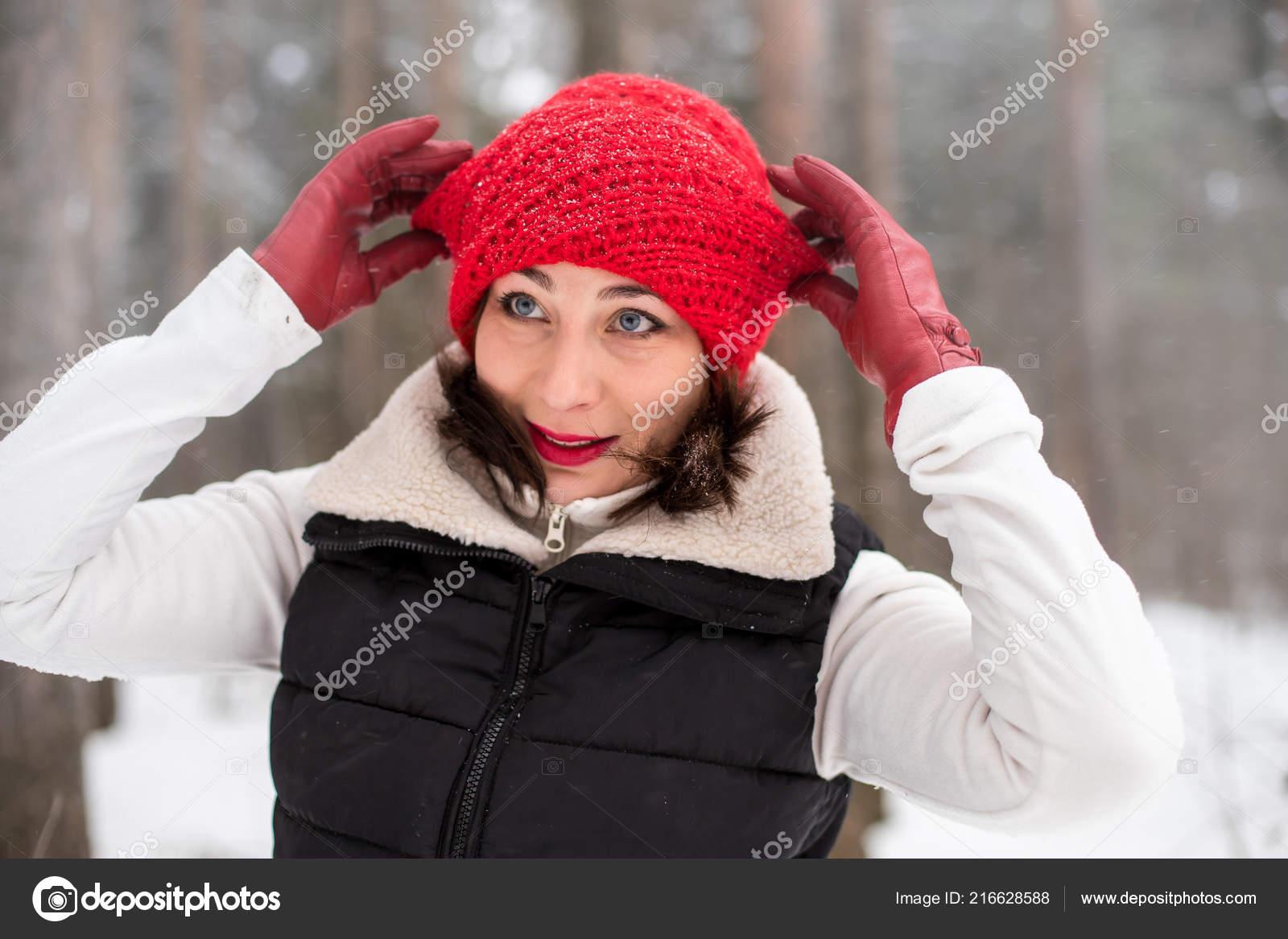 Retrato Menina Gorro Vermelho Casaco Quente Floresta Dia Inverno —  Fotografia de Stock 6fbfcaaaa83
