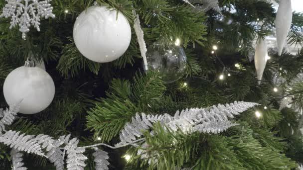 Vánoční stromeček s třpytkami ozdoby. Uzamčeno