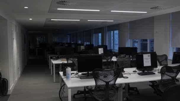 Halbe Reihen leerer Schreibtische im Bürogebäude während der Sperrung. Abgeriegelt