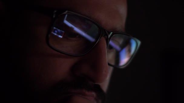 Asian Male With Reflection Of Computer Screens Seen In Glasses In Dark Room. Uzamčeno, zavřeno