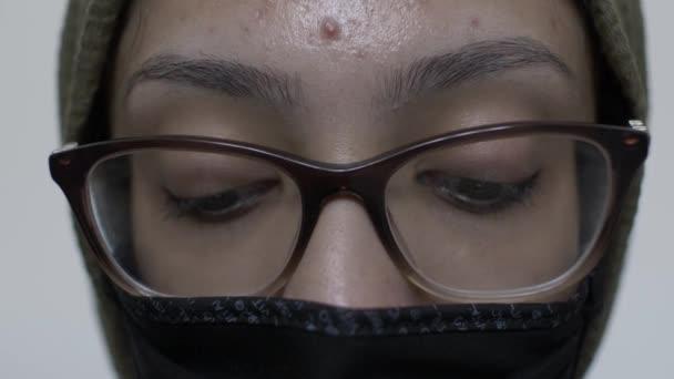 Hijab Frau trägt Baumwolle schwarze Gesichtsmaske. Blick nach unten, abgesperrt