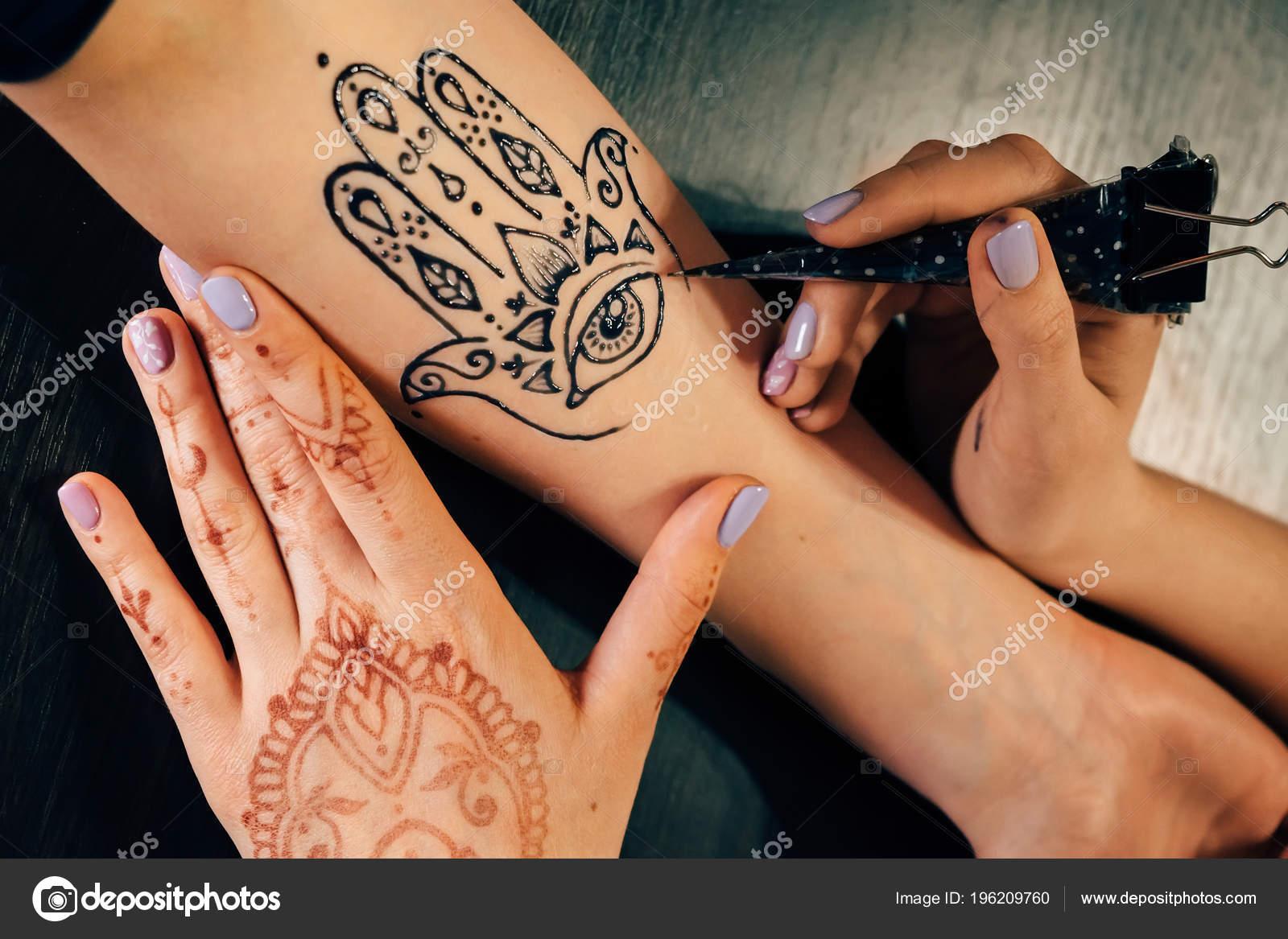 Henna Tattoo Schwarz Allergie: Closeup Portrait Female Hand Being Decorated Henna Hamsa