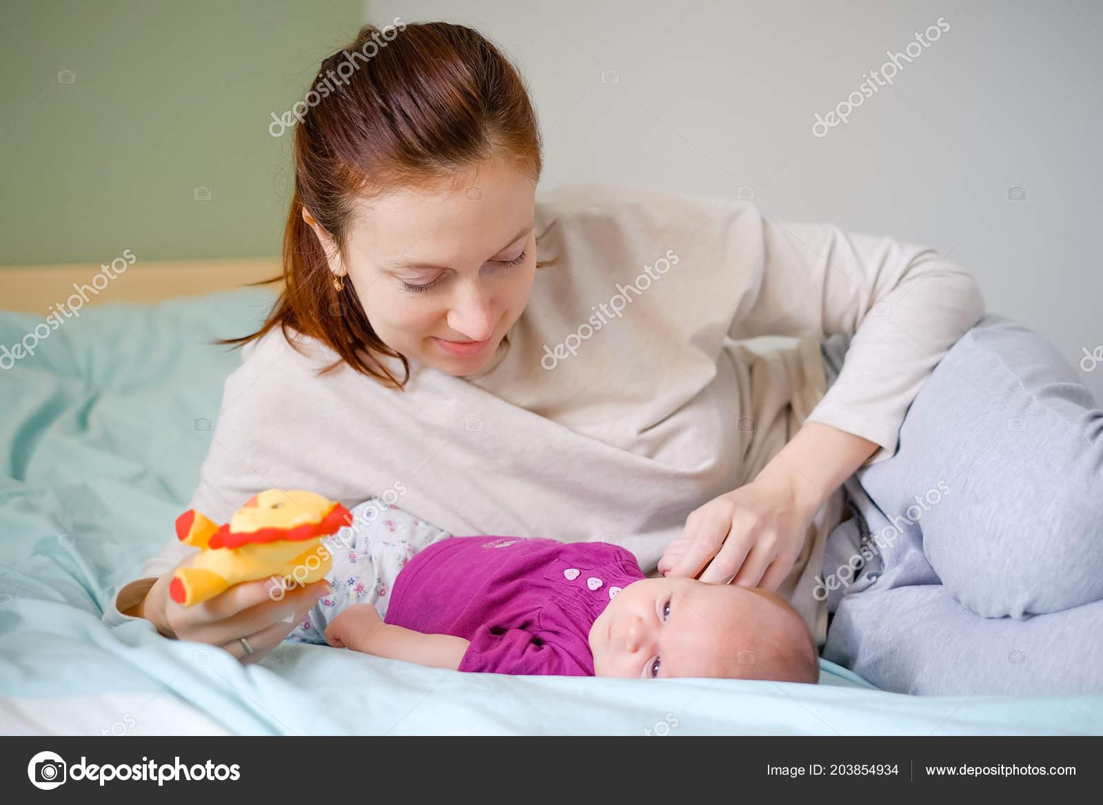 Nouveau Jouant Avec Mère Sur Lit émotions Tendresse Amour