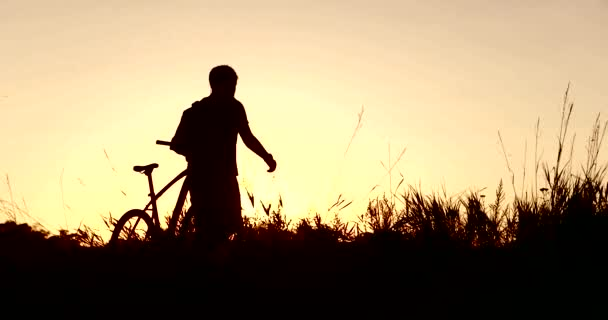 Obrázek cyklista při západu slunce