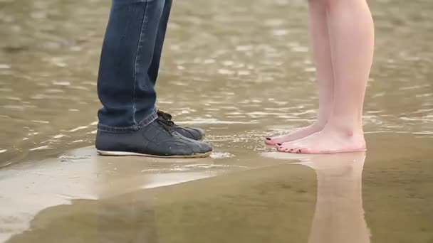 Pár chlápkem s holkou na pozadí moře