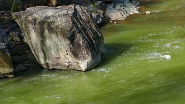 vodopád horská řeka bouřlivá