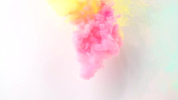 Tinte in Wasser. Flow video.rainbow Farbe im Wasser. gemischte Farben. abstrakte, farbenfrohe Form.
