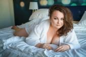 Fotografie sexy dicke Frau verführt auf dem Bett