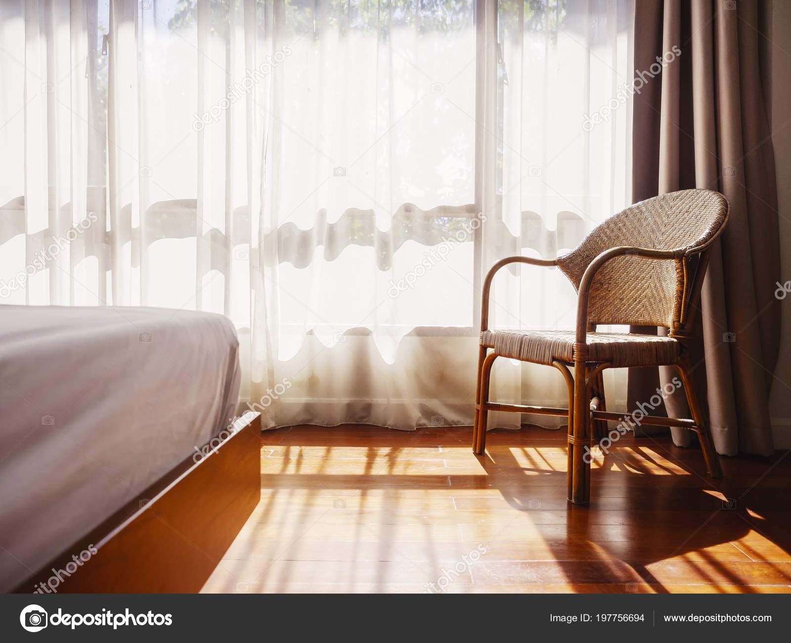 Interieur kamer houten vloer met rotan stoel bed wit gordijn