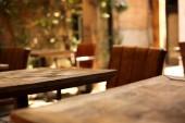 Fotografie Dřevěný stůl v zaměření a rozostřeného pozadí útulné kavárny