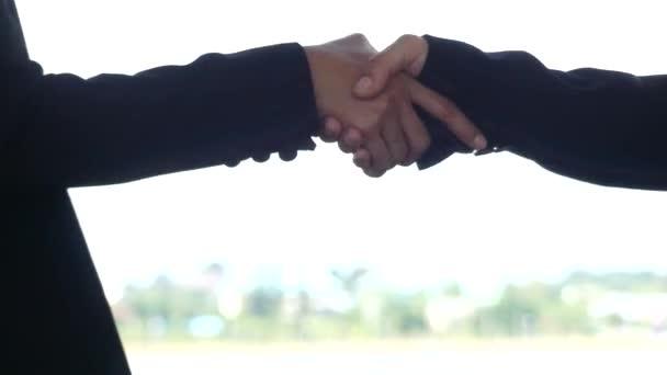 A fehér háttér, videó üzleti kezet kéz a kézben egy,